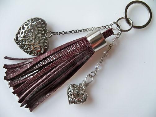 """Pompon """"COEURS"""" ; 9.00 € (à utiliser en bijou de sac ou porte-clefs). Ce modèle peut être réalisé dans la couleur de cuir que vous souhaitez."""