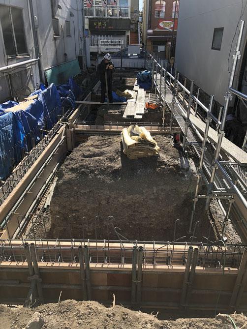 そんな2月の現場にて。最寒期の旧軽井沢の厳しい条件の工事スペースで、みなさん丁寧な仕事をしてくださっています。