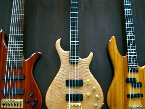 左のベースから「Tune B-7」「Goodfellow Harlequin」「Fodera Monarch」