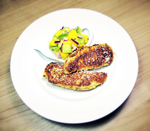 Knuspriges Kokos-Hühnerfilet mit Mango-Avocado-Salsa