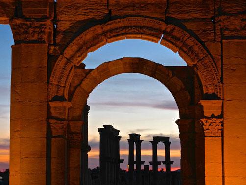 Meine Reisen durch den Orient -Iran Avicennas Grab und Ruinen von Ekbatana in Hamadan - Historische Stätten und Reliefs in Bisutun - Grab des Daniel in Susa - Zikkurat von Tschogha Zanbil Bewässerungssysteme von Schuschtar Gärten und historischen Stätten