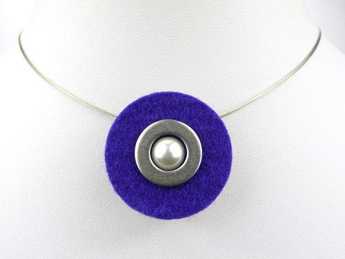 Halskette mit Filzanhänger violett