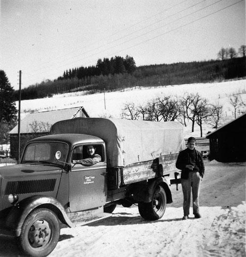 Der junge Müllermeister Josef Sapp, rechts, mit dem Opel-Blitz (Foto um 1955)