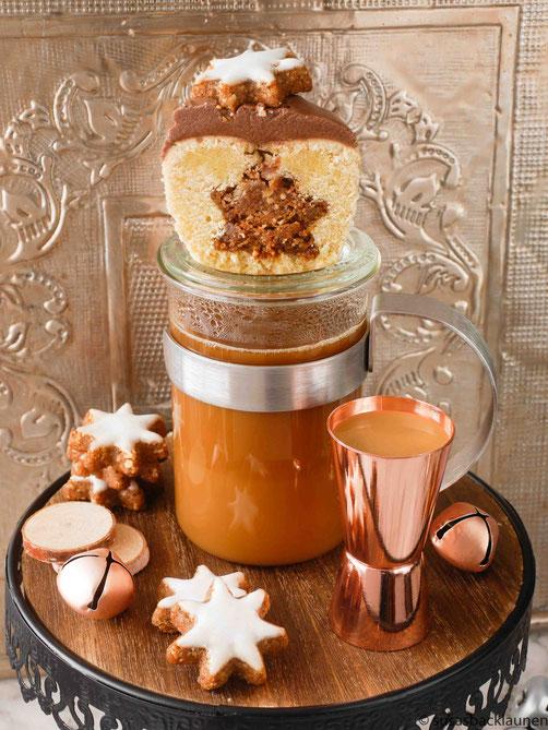 Kaffee mit Haselnusseierlikör und Zimtsternkuchen