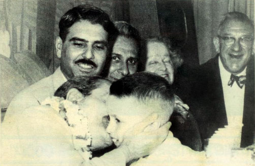 1956 : Baba kissing Larry Karrasch