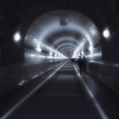 Schemenhafte Schatten im Hamburger Elbtunnel als Sinnbild für die merowingischen Schattenkönige