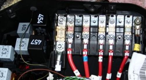 Zweite Batterie einbauen - Blick in die E-Box