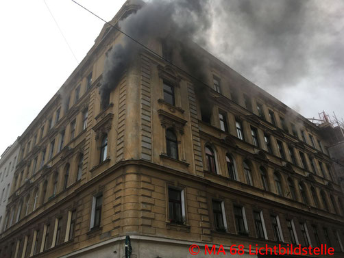 Feuerwehr, Blaulicht, Berufsfeuerwehr Wien, Wohnungsbrand, Favoriten