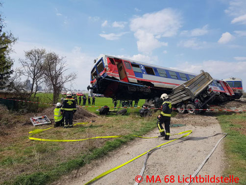 Feuerwehr, Blaulicht, LKW, Zug, Unfall, Berufsfeuerwehr Wien, Berufsrettung Wien