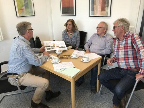 Heiko Bickel freut sich über die Mitarbeit von Gudrun Kienzle, Roland Metz und Bernd Seipel (Rektor a.D.).