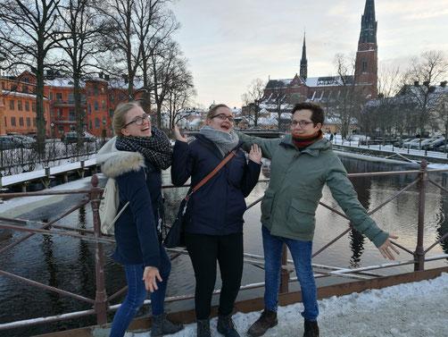 Magdalena Kollbeck, Maria Korten und Marius Retka vor dem Dom in Uppsala