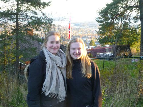 Tabea mit ihrer Mitpraktikantin Charlotte auf dem Holmenkollen in Oslo