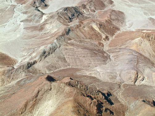 wir überflogen zuerst malerische Felsformationen....