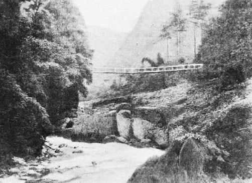 Gorge dans la montagne d'O-mi. - Mission lyonnaise d'exploration commerciale en Chine, 1895-1897. Récits de voyages. —  A. Rey et Cie, imprimeurs-éditeurs, Lyon, 1898.
