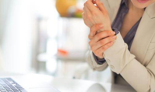 Ein Karpaltunnelsyndrom kann der Grund dafür sein, wenn nachts die Hand regelmässig einschläft, wenn der Arm kribbelt oder schmerzt und wenn schliesslich eine Muskelschwäche das Zupacken unmöglich macht