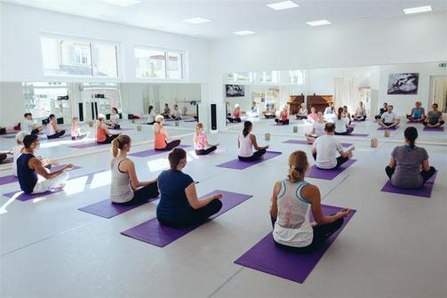 Tanzschule Steinhausen Zug, Yogaklasse im Saal Nurejew