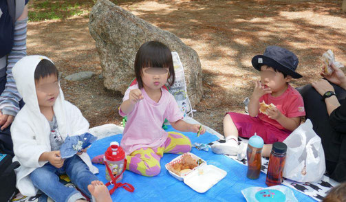 水遊びのあと、2歳児がお弁当を美味しそうに食べています。