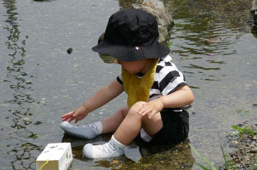 京都の幼児教室で1歳児が初めての水遊びを楽しんでいます。