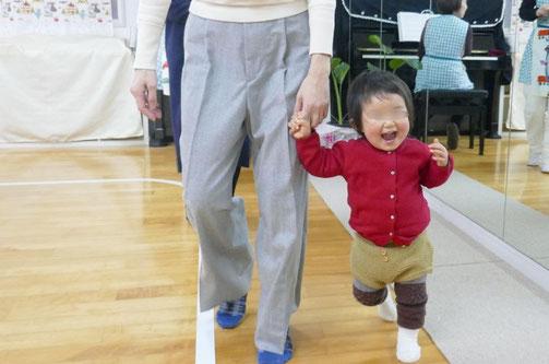 ピッコロコース(0歳児)のお友達が笑顔でリトミックのレッスンを行っています。