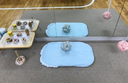 ハイハイができないお子様の個別活動に向けて、仰向けでボールを触ったり鏡をみることができる活動スペースを設けました。