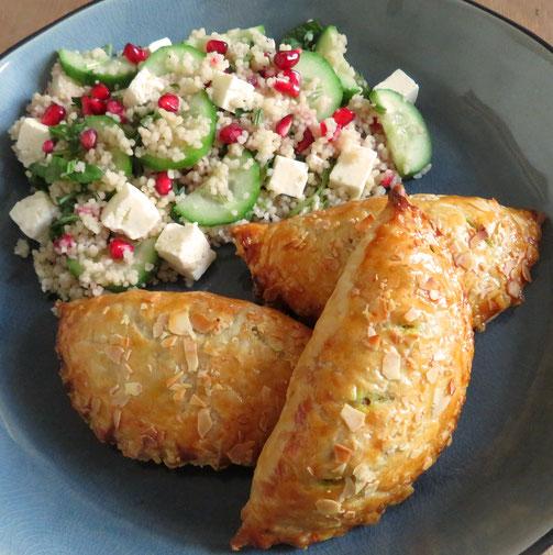 Marokkaanse pasteitjes met kip, rozijnen, amandelen en specerijen.