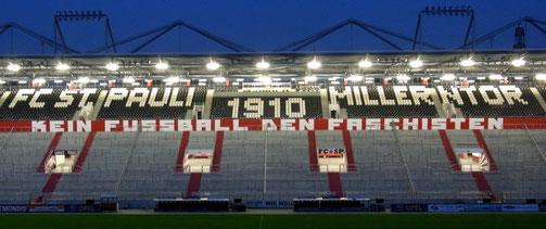 Fans haben die neue Gegengerade im Millerntor-Stadion des FC St.Pauli mit einem riesengrossen Schriftzug bemalt: Kein Fussball den Faschisten!