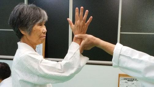 基本技の八光捕り 千葉県鎌ケ谷市の八光流柔術健心会道場です。