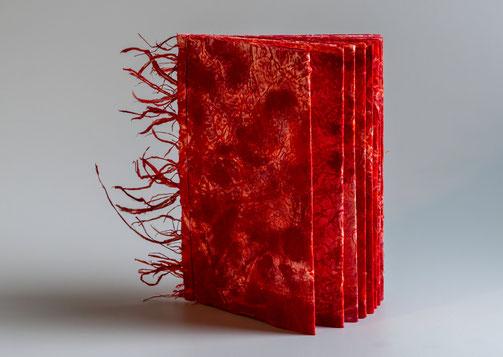Buchobjekt.  Roter Faden. Washi Papier mit roter und oranger Tusche bemalt. Die 9 Seiten gebunden mit japanischer Fadenheftung. Am Buchrücken Washi Fransen angebracht.
