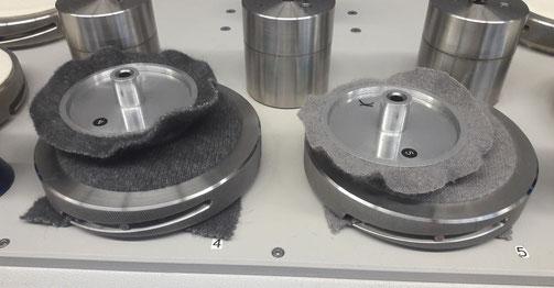 Zwei gegeneinander sich drehende Kreisplatten zum Testen von Reibung bei Wolle