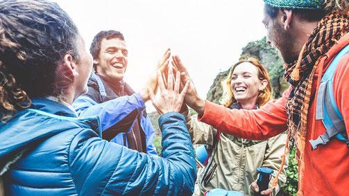 Fröhliche Langzeiturlauber in den Bergen, zufrieden mit einer Langzeit-Reiseversicherung der ERGO