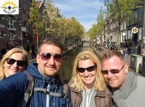 Juli, Dani, Mel und Rolf mit Kleinkind Samu beim Städtetrip in Amsterdam.