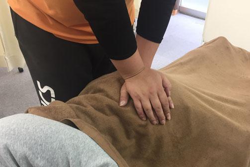 松山市あさひ整体院産後の骨盤矯正は、マニュアル化されたベットを使いません。熟練された手を使って行っていきます。