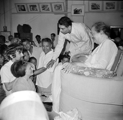 Guruprasad, Poona :  Peter & Helen ( Morton ) Rowan in front of Baba with Eruch Jessawala talking to them. Courtesy of the Sriramamoorthy Collection @ AMBCCPT, INDIA