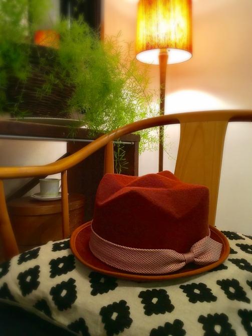 レンガ色のフェルト地にパイピングが入った・・・世にもかわいい「クラウン型の帽子」♥ それだけでどこにもないものなんだけど、その場でワンアイテムプラスします!とのことで、ネクタイをリボンにして付けてもらえました♥ なんて素敵!・・・移動帽子屋aura(写真をクリックでサイトへ)
