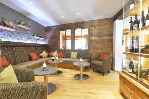 Einblick in die Wein-Lounge des Naturhotels