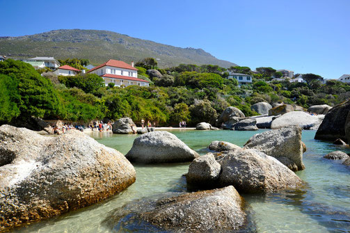 Der schöne Strand Bolders Beach mal mit wenig Touristen. Die Pinguine und die Landschaft lohnen einen Besuch.