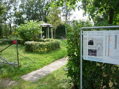 Hier der Eingang, rechts die von der Stadt Fürth gestellte Info-Tafel
