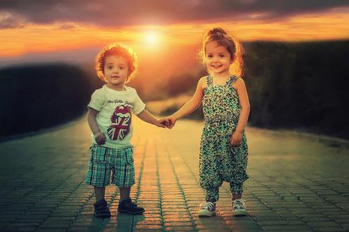 Innere Kind Arbeit - Junge und Mädchen Hand in Hand