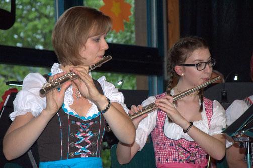 Unsere Flötistinnen Lisa Zimmermann und Jana Waibel bei den Wirtshausmusikanten