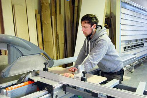 """Marvin Steffen begann nach einer Kursänderung eine Ausbildung zum Tischler bei """"Kubus"""" in Eckernförde."""