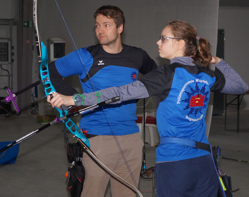 Abteilungsleiter und Trainer Alexander Thiele arbeitet mit dem 17-jährigen Talent Lea Collin. Foto: Alpha-Report