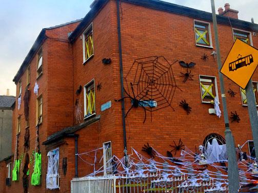facciate delle case di Dublino addobbate per halloween