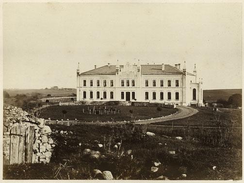 Die erste Aufnahme des 1862 erbauten Gutshauses von Cammin bei Burg Stargard.