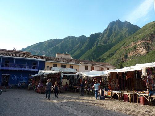 Le marché de Pisac avec les montagnes derrière.