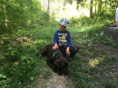 Die bedingungslose Zuneigung des Hundes vermittelt einem Kind Geborgenheit und stärkt das Selbstvertrauen.