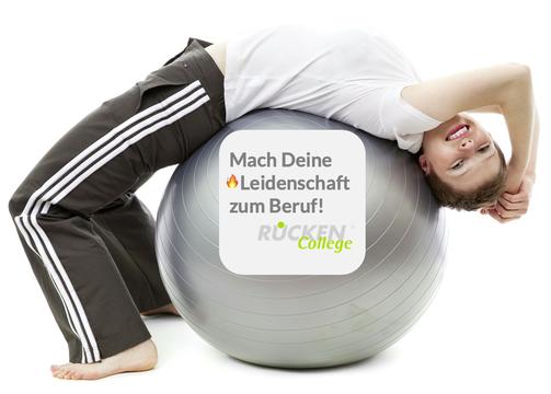 Junge Frau liegt mit dem Rücken auf einem Gymnastikball