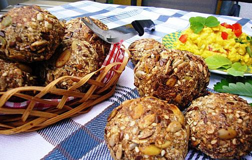 Kürbiskern- Brötchen mit veganem Eiersalat