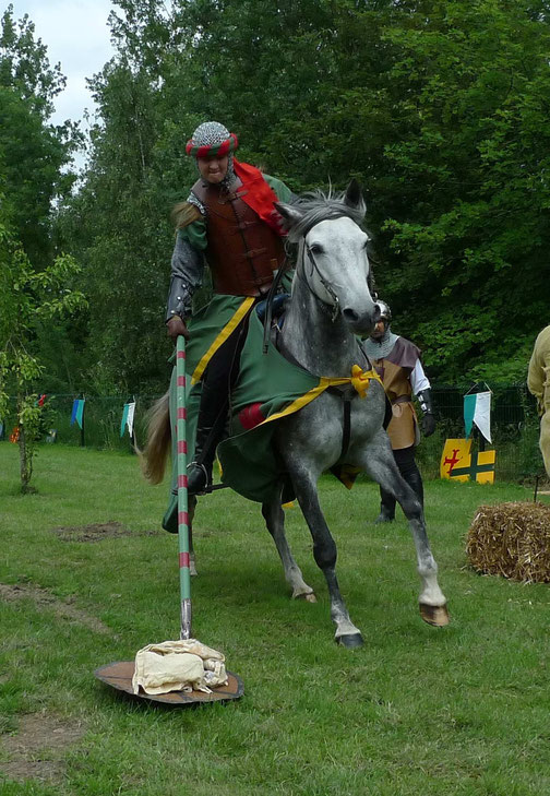 Toujours avec sa lance et au galop le cavalier doit s'emparer du foulard déposé à terre