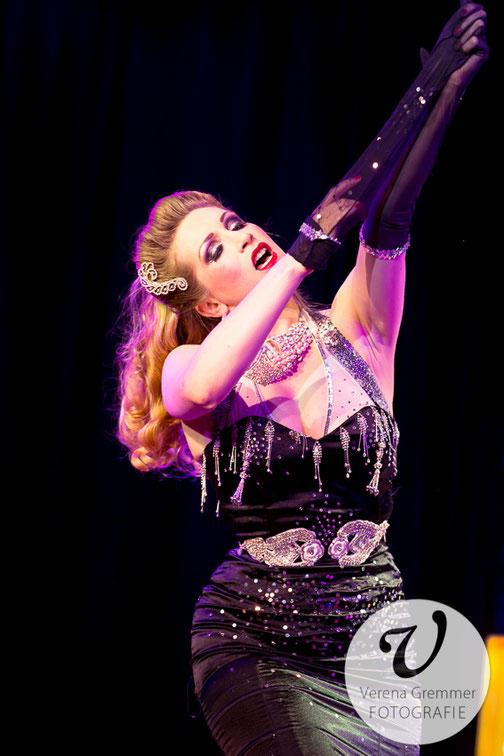 Dixie Dynamite, Burlesque Tänzerin buchen, Showtanz, Tanzshow, Burlesque dancer Munich, booking burlesque Germany,  Burlesque Show, Glamour Show