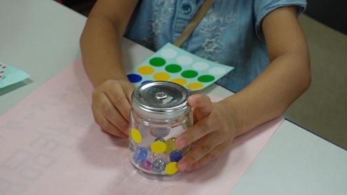 びんの中にはキラキラビー玉やビーズを入れて、瓶にはシールやカラーペンで絵付けをしていきます。